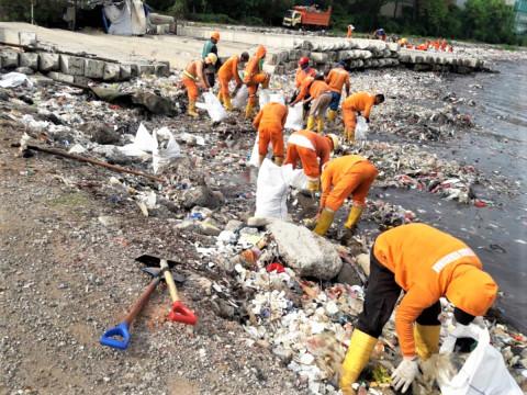 KBN Bersama Sudin LH Bersihkan Sampah Pantai Cilincing