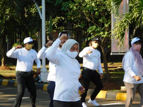 Menaker Ida Luncurkan Senam Pekerja Sehat di KBN Marunda